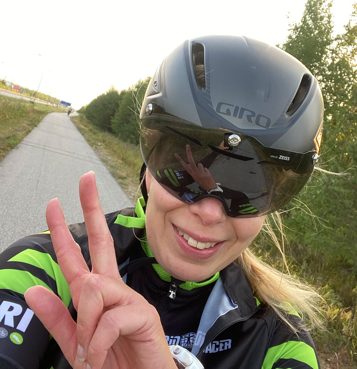 Nainen pyöräilyvarusteissa