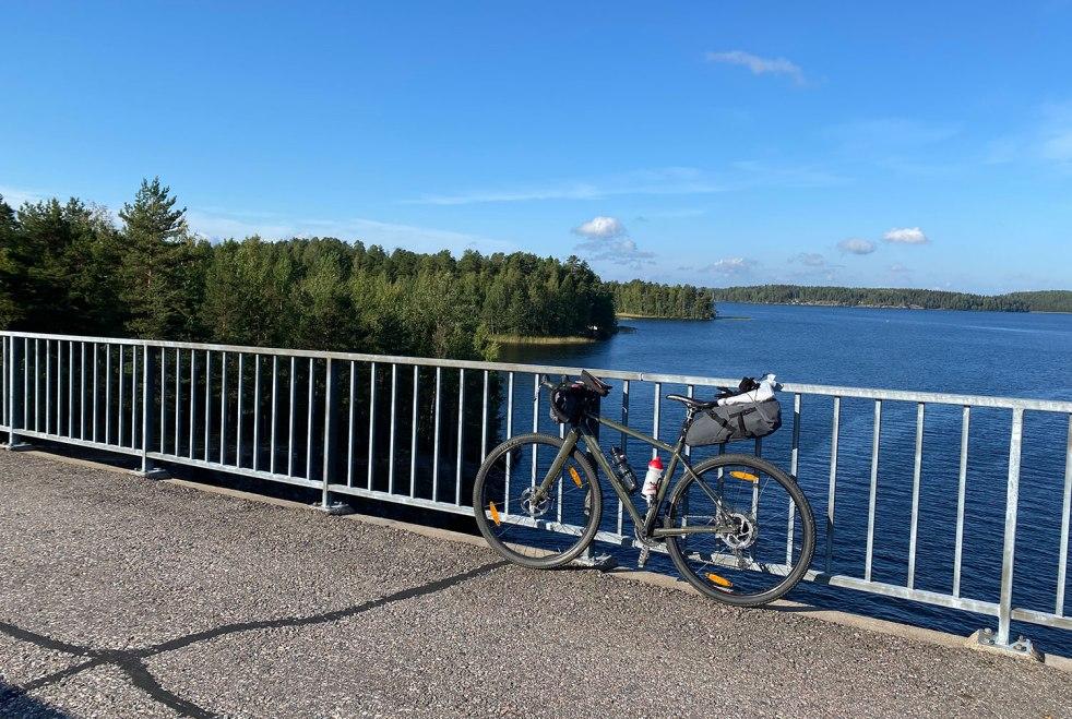 Gravel-pyörä nojaa sillankaiteeseen Taipalsaaren ja Lappeenrannan välisellä pyörätiellä