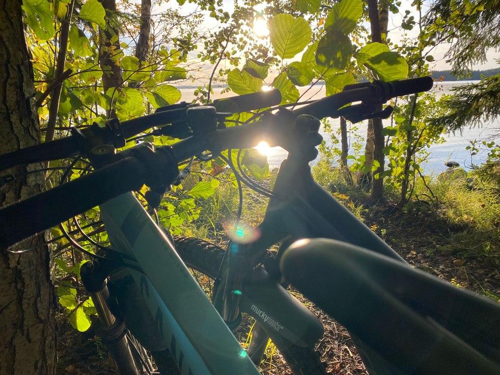 Kaksi maastopyörää, taustalla näkyy luontoa ja Saimaa
